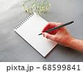 グレー背景にメモとペン 花がおしゃれ シックなイメージ 68599841