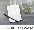 グレー背景にメモとペン 花がおしゃれ シックなイメージ 68599842