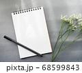 グレー背景にメモとペン 花がおしゃれ シックなイメージ 68599843