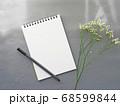 グレー背景にメモとペン 花がおしゃれ シックなイメージ 68599844