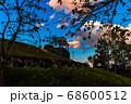 新緑と夕焼け雲と展望台のシルエット、宝塚北公園 68600512