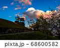 夕焼け雲と青い空と展望台、宝塚北公園 68600582