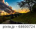 大きな夕焼け雲とオレンジ色に染まった空、宝塚北公園より 68600724