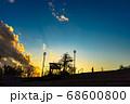 オレンジ色の空、夕焼け雲、展望台でジョギングをする人、宝塚北公園 68600800