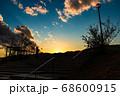 夕焼けの空オレンジ色に染まる高台、宝塚北公園 68600915