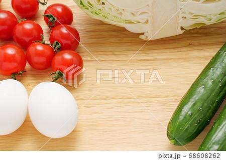 色々な食材が置かれたカッティングボード 68608262