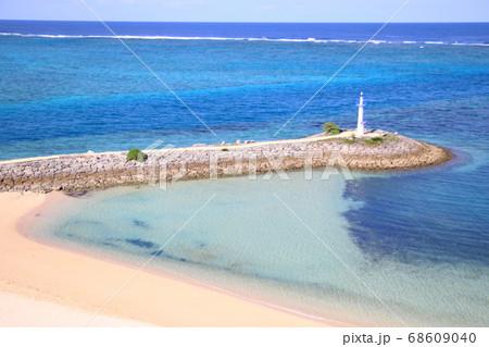 波が穏やかな日の綺麗な海とビーチ 68609040