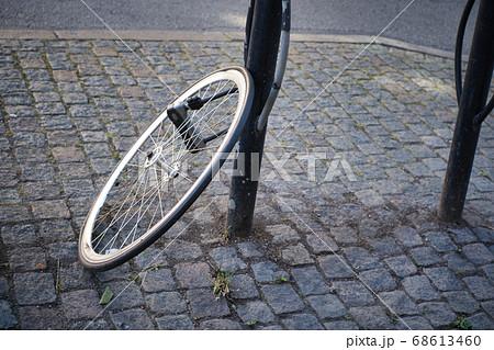 駐輪場のポールに固定された自転車のタイヤ 68613460