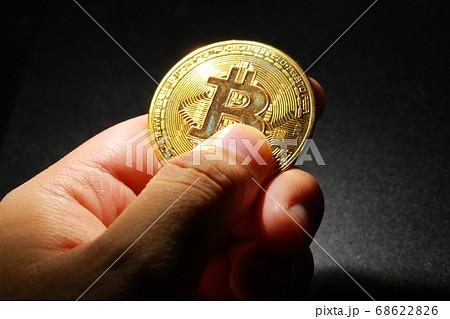 黄金に輝く富を象徴するビットコインの仮想通貨 68622826