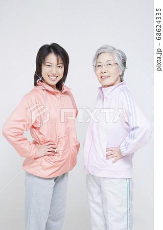スポーツウェア姿の女性 68624335