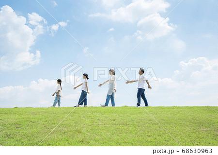 屋外で並んで行進をする家族 ファミリー 親子 68630963