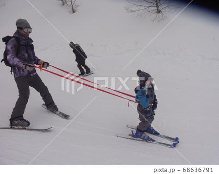 コーチングベルトを使った幼児のスキー練習 68636791