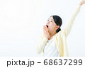 あくびをする若い女性 伸び 68637299