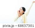 あくびをする若い女性 伸び 68637301
