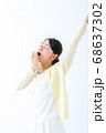 あくびをする若い女性 伸び 68637302