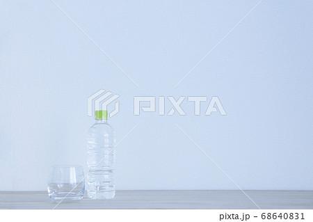 水の入ったペットボトルと空グラス左 68640831