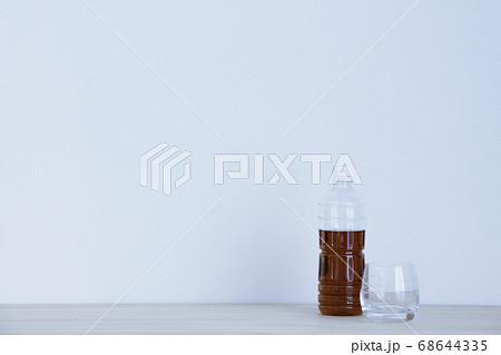 お茶の入ったペットボトルとグラス 右寄り 68644335