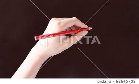 赤鉛筆で字を書く手 68645708