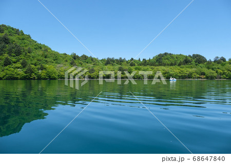 5月の晴れた十和田湖とスワンボート 68647840
