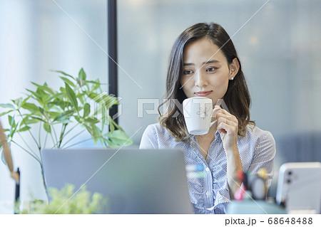 デスクで休憩する女性 68648488