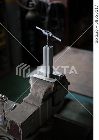 アルミフレームの側面にタップ加工作業 68656117