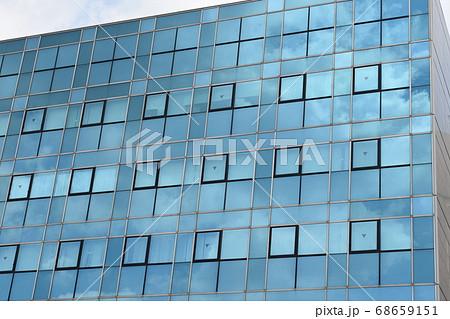 ミラーガラスのビルに映る雲 68659151