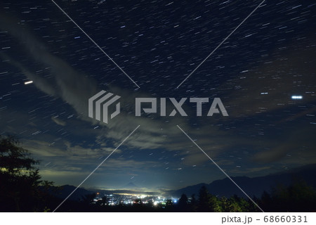 北杜市小淵沢町富士見平、甲府盆地の夜景と星空(比較明合成) 68660331