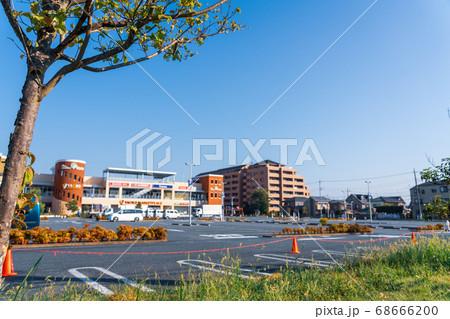 夏の早朝 スーパーマーケットの駐車場 68666200