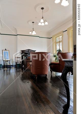 旧下関英国領事館の一階にある非常に歴史を感じさせる高貴な旧領事室 68666840
