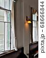 下関市にある旧秋田商会ビルの一階にある長い廊下に続くレトロな窓や壁などの風景 68666844