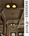 下関市にある旧秋田商会ビルの高い天井模様とレトロな雰囲気が漂う照明群の風景 68666846
