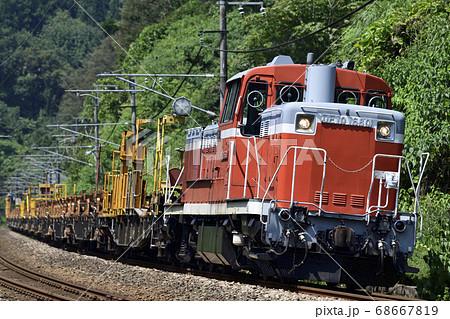 信越本線を走るレール輸送貨車を牽引する国鉄型ディーゼル機関車(DE10) 68667819