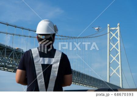【ドローン】操縦するパイロット2 68670393