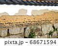 萩武家屋敷の土塀の景色 68671594