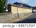 萩武家屋敷の土塀の景色 68671597