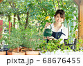 ガーデニングをする若い女性 撮影協力:三富今昔村 68676455