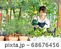 ガーデニングをする若い女性 撮影協力:三富今昔村 68676456