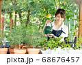 ガーデニングをする若い女性 撮影協力:三富今昔村 68676457