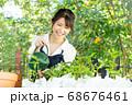 ガーデニングをする若い女性 撮影協力:三富今昔村 68676461