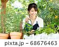ガーデニングをする若い女性 撮影協力:三富今昔村 68676463