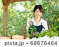 ガーデニングをする若い女性 撮影協力:三富今昔村 68676464