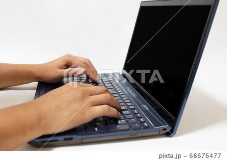 ノートパソコンを操作する男性の手 68676477