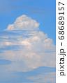 長かった梅雨がようやく開けた日の青空に浮かぶ美しい入道雲 68689157