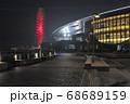 下関市あるかぽーとの遊歩道とその奥に広がる水族館「海響館」や観覧車の美しい夜景 68689159