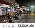 下関市にあるカモンワーフの海側遊歩道から見る各店舗や唐戸市場の夜景 68689160