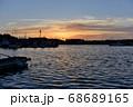 日が沈んだばかりの美しい夕焼けの空とそれが反射して広がる湾の風景 68689165