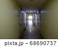 薄暗いマンションの通路 68690737