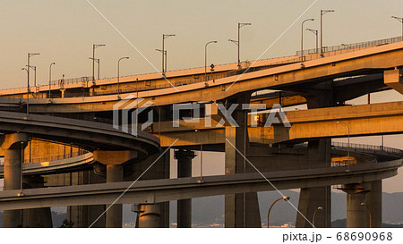 瀬戸中央自動車道、与島ICを照らす夕日。ジャンクション・立体交差 68690968