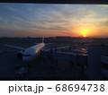 富士山に沈む夕陽に照らされる羽田空港 68694738