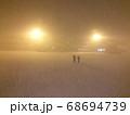 吹雪の中で乗客を見送る地上係員 68694739